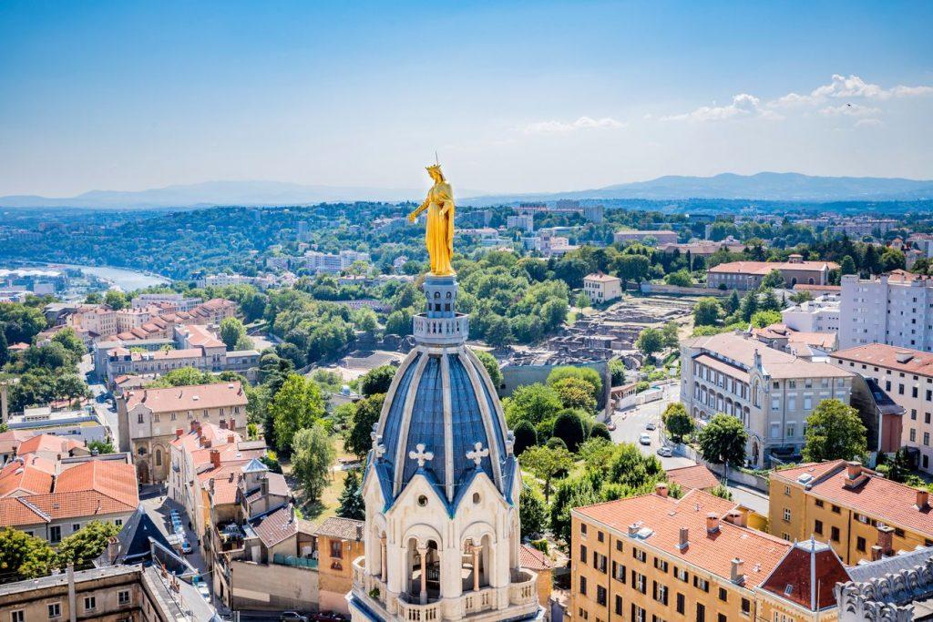 Le clocher de la Basilique Notre-Dame de Fourvière à Lyon est remplacé et orné d'une statue de Marie.