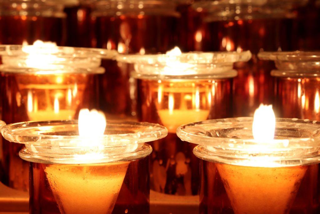 C'est ainsi que la fête des Lumières a vu le jour : depuis lors, les habitants de la ville disposent chaque année des lumignons à leurs fenêtres, à la date du 8 décembre.